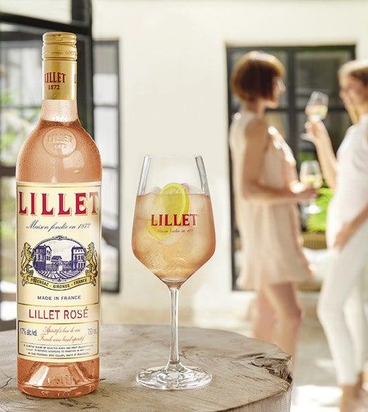 Lillet Rosé Chic steht auf Tisch vor Fenster